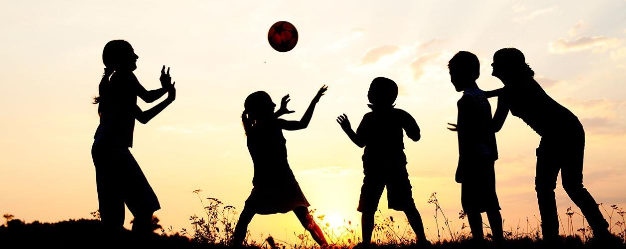 5-brincadeiras-com-bola-para-fazer-com-as-criancas